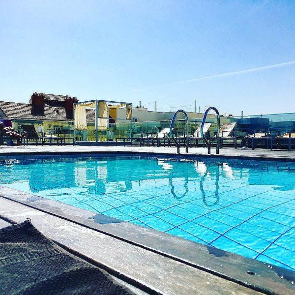[josecarlosaguiar] estirandoelverano almaximo rooftop piscina sunnyday seacabalobueno …